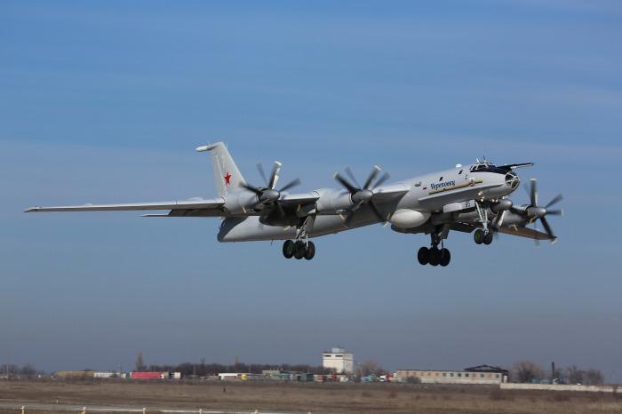 2013_Tu-142M_01
