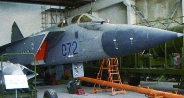 raketa-79m6-sleva-i-samolet-nositel-mig-31d-bort-072-na-poligone-sary-shagan-600x320
