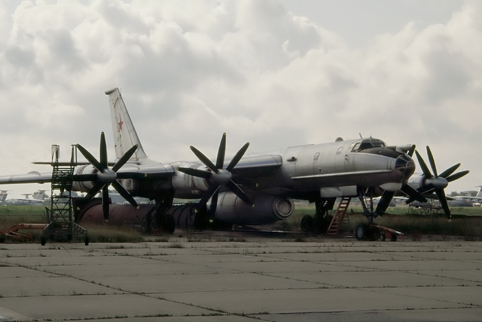 Tupolev_Tu-142LL_at_MAKS-1993_airshow.jpg